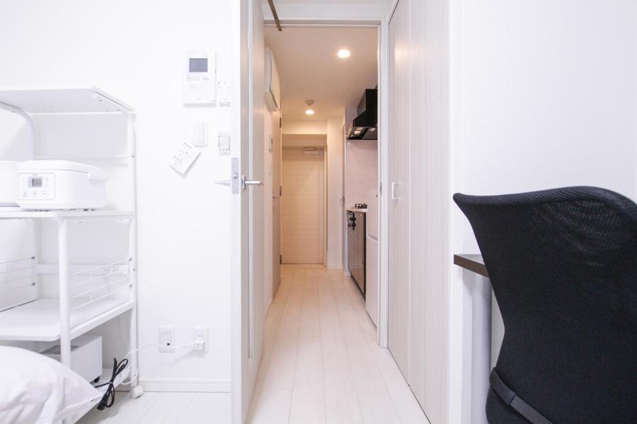 お部屋の入口にはクローゼット。お荷物もすっきり綺麗に収納可能!