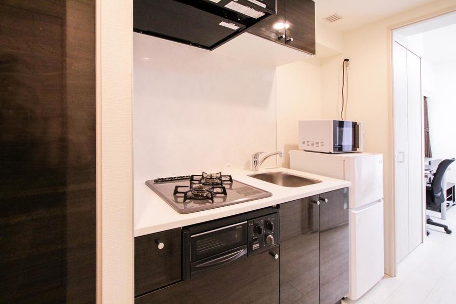 ダークブラウンがアクセントのキッチン。自炊派の方もご満足いただける設備です