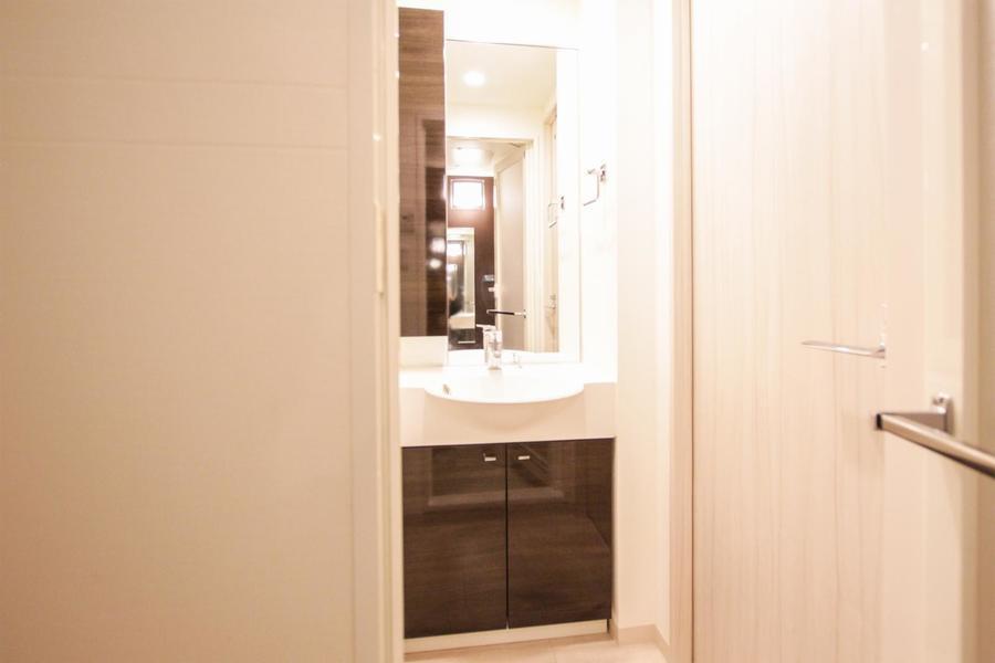 天井まで届きそうな大きな鏡が特徴。高級ホテルのような趣も感じられます