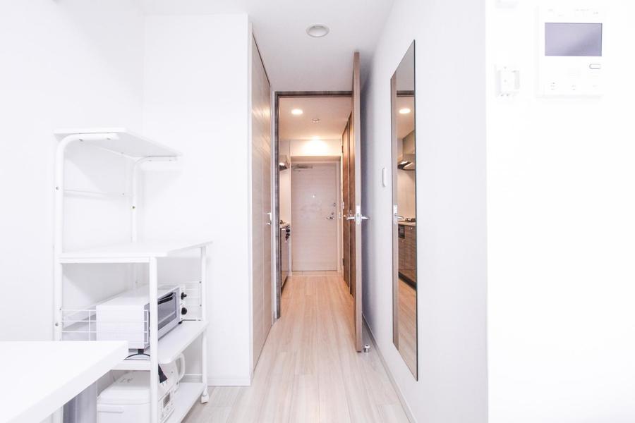 お部屋入口にはクローゼットと姿見が設置。毎朝のコーディネートに最適!