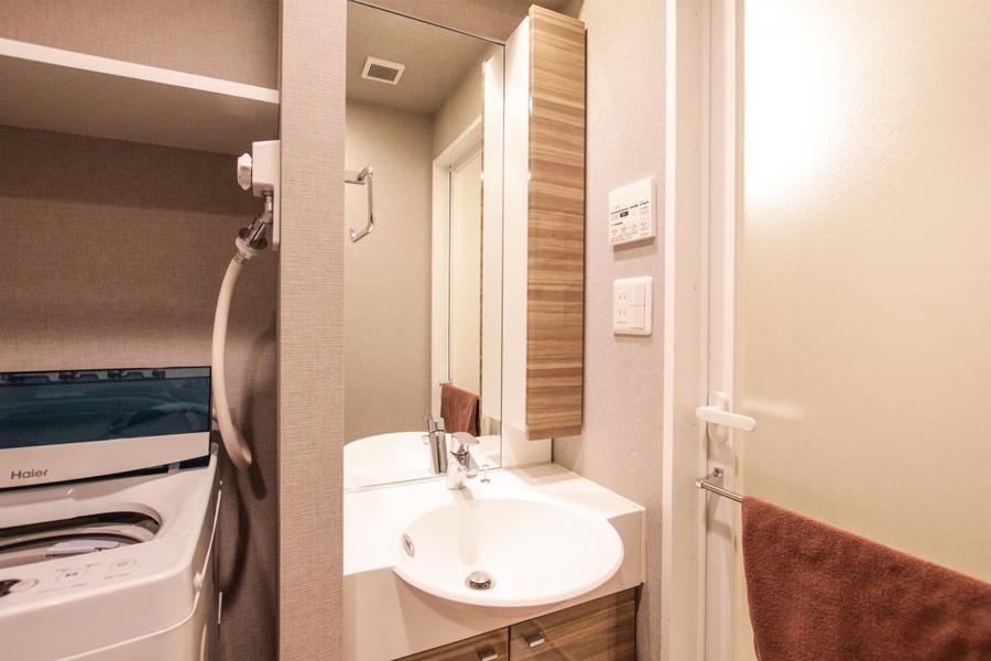 大きな鏡が特徴の姿見。スリムな収納棚も合わさりスッキリした雰囲気