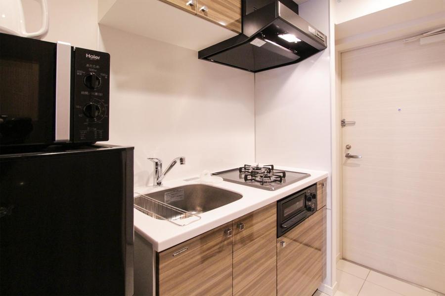 キッチンはコンパクトな作りながら、上下に収納を備えた優れもの!