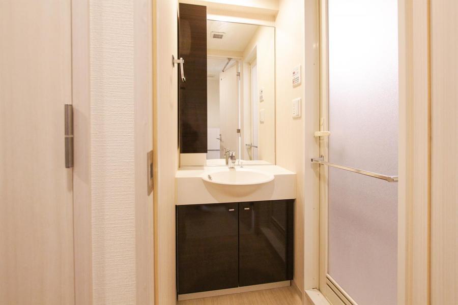 大きな鏡の洗面台。毎朝の身だしなみチェックに嬉しいですね