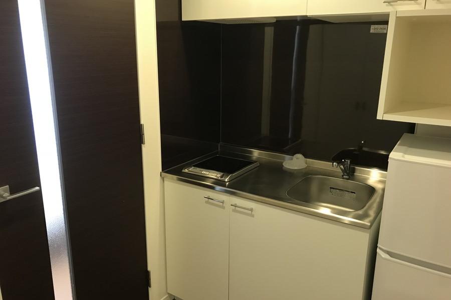 キッチンはコンパクトながら上下にたっぷりの収納を完備。火を使わないIHタイプです