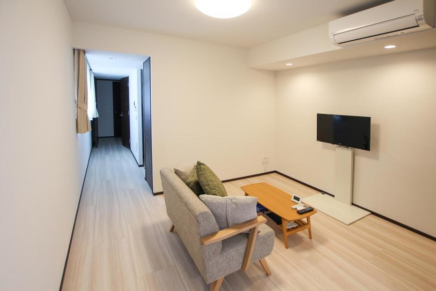 室内から廊下まで同色のフローリングで統一感があります