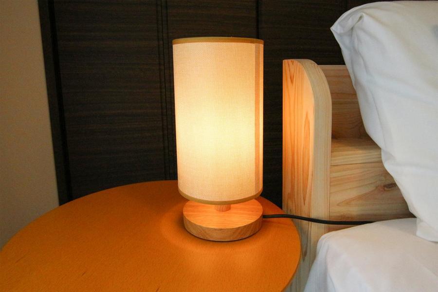 ベッドサイド照明がゆったりとした時間を演出