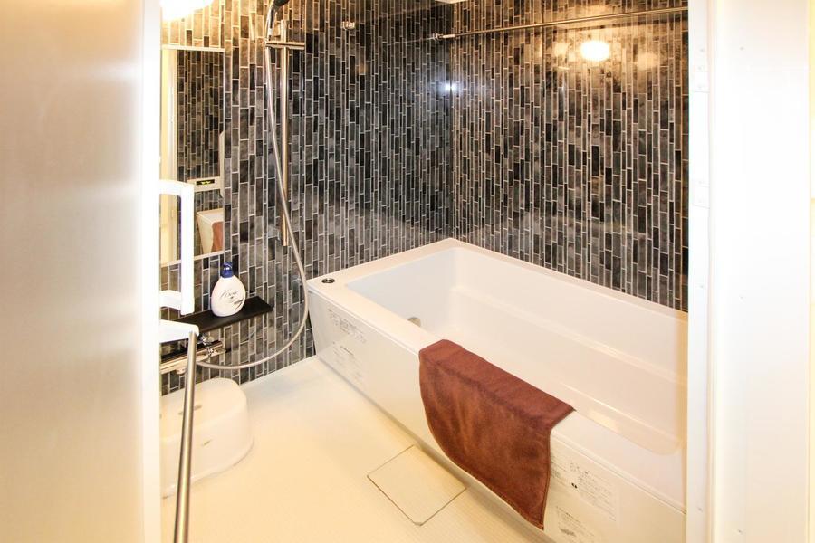 モダンな印象のバスルーム。雨の日に嬉しい浴室乾燥機能付き