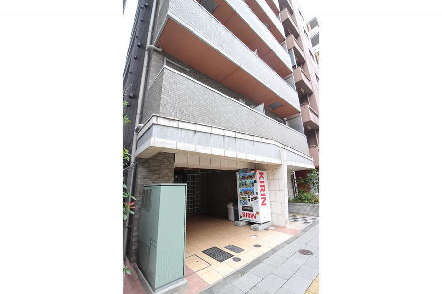 ベージュグレイ系の外壁が特徴。すらりと高い11階建ての建物です