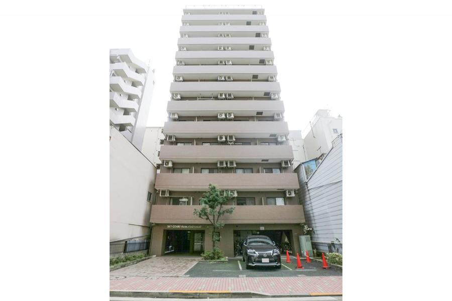 蒲田駅より徒歩5分。周辺はマンションやビルが多く、夜間は比較的静かです