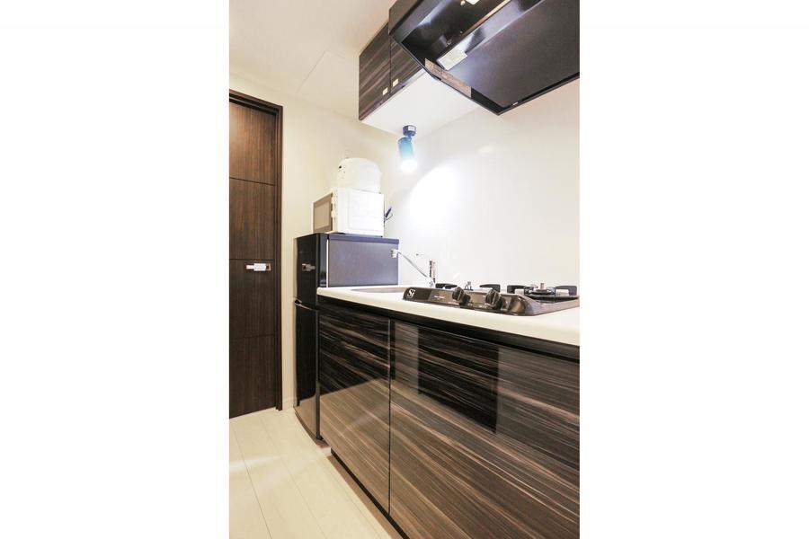 木目調のパネルが美しいキッチンスペース