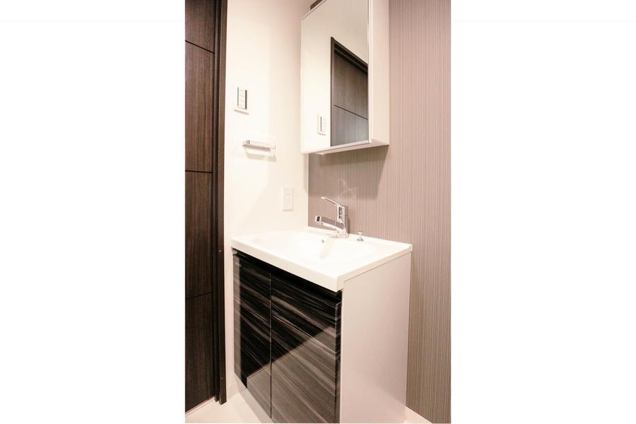 収納扉を全面鏡にすることで、利便性とスマートさをアップ