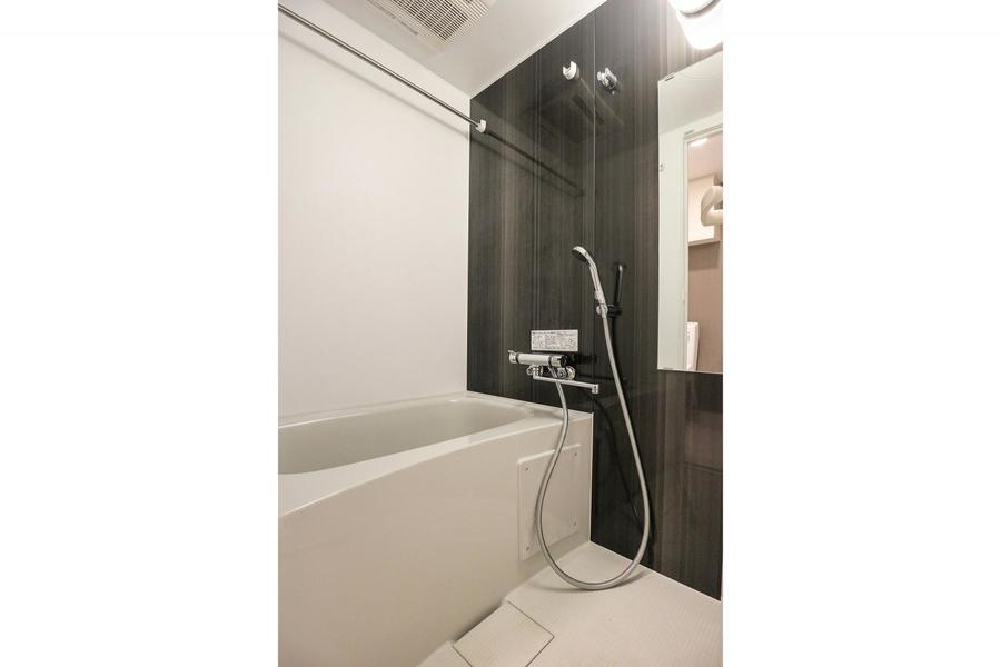 浴室もキッチンと同じく木目を採用。シンプルな中のアクセントに