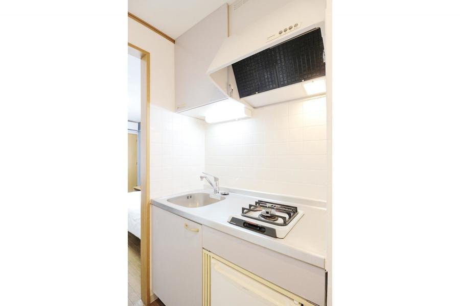 キッチンはコンパクトサイズながら作業スペースがしっかりと確保されています