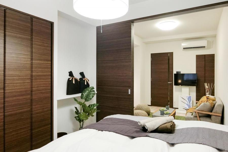 寝室とリビングの扉を開ければ開放的な空間に