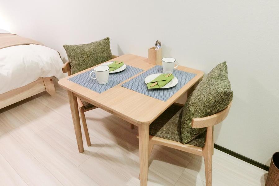 お食事や作業スペースに使えるテーブルセットもご用意
