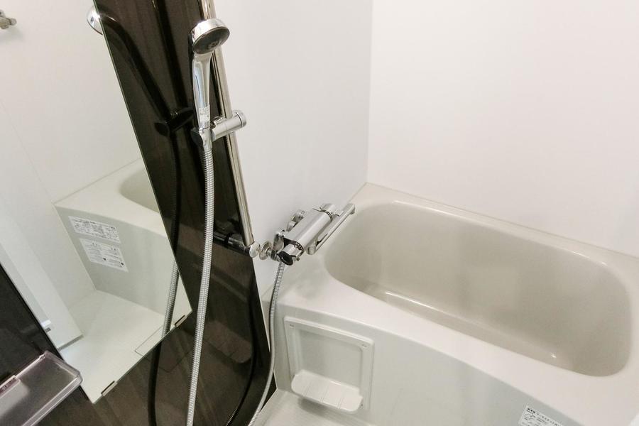 縦長の鏡が印象的な毎日の疲れを癒やすバスルーム