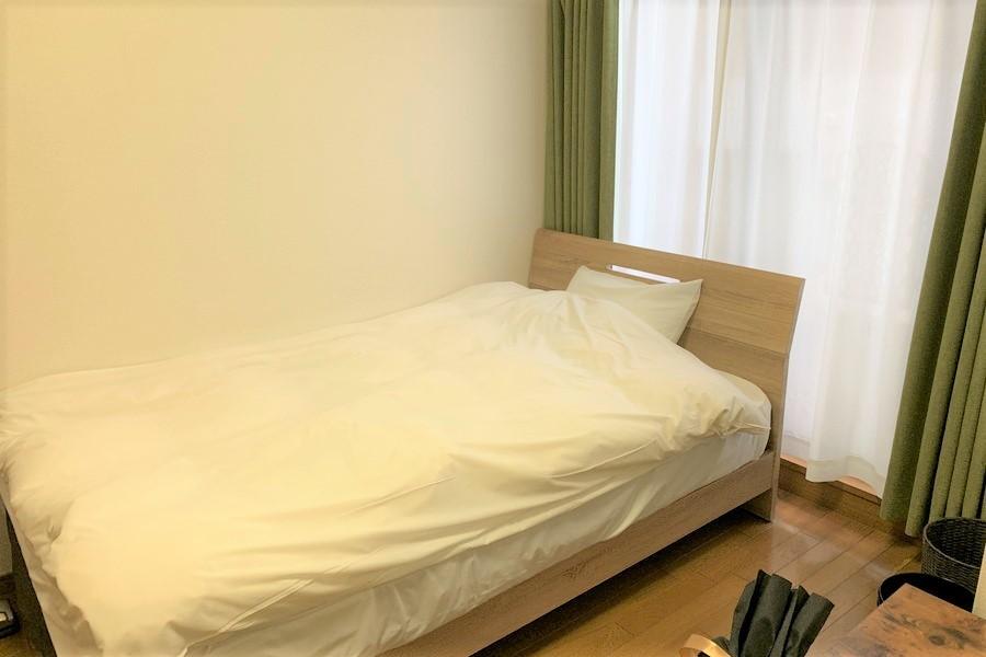 ベッドはセミダブルサイズ。ゆったりとお休みいただけます