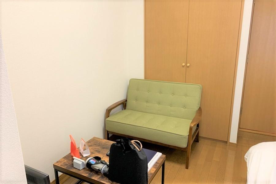 くつろぎ空間のソファコーナー。ローテーブルのはっきりとした木目が美しいですね