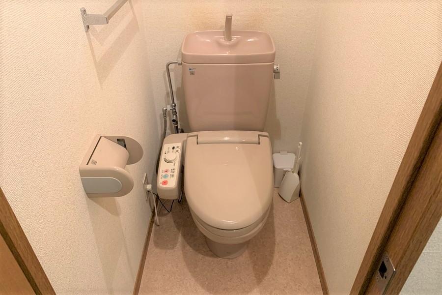 お手洗いは人気のシャワートイレ付きです