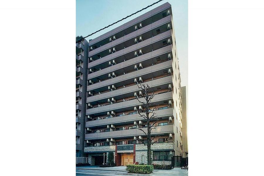 伊勢佐木長者町駅より徒歩2分の好立地。周囲はマンションが多く並びます