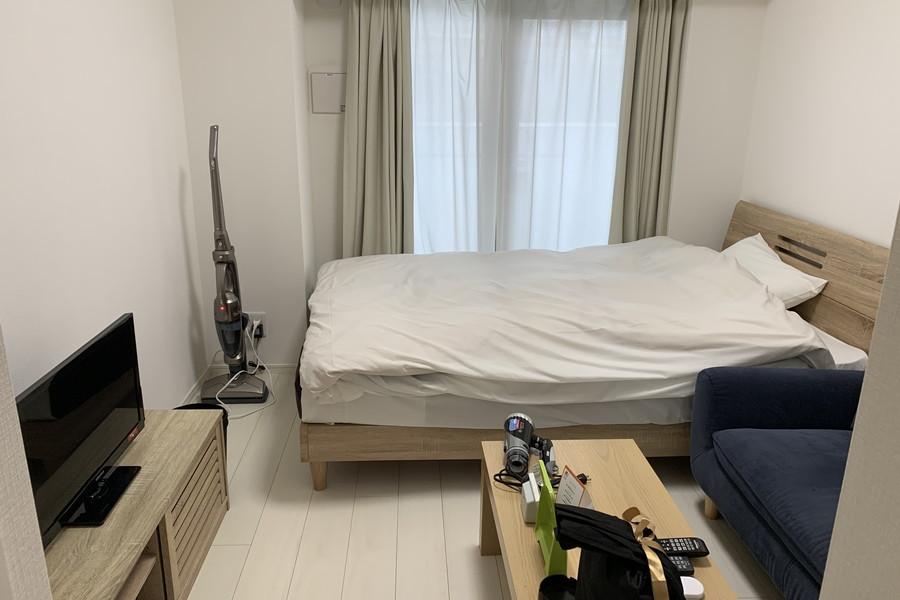 ホワイト系のフローリングとウッドテイストの家具を合わせた、シンプルなお部屋