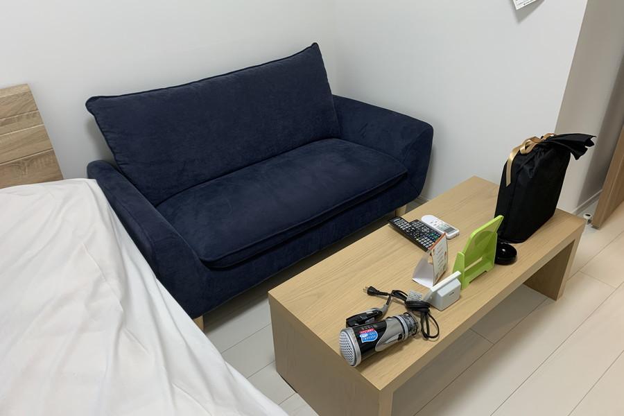 たっぷりとした広さのソファ。くつろぎタイムに是非ご利用ください