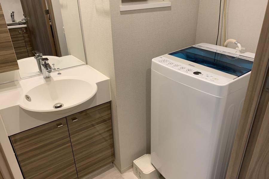 洗面所には洗濯機も設置。大きな鏡で毎朝の身だしなみチェックも万全です