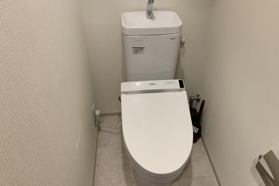 お手洗いはシャワートイレ完備。こだわりの方も多い人気の設備です
