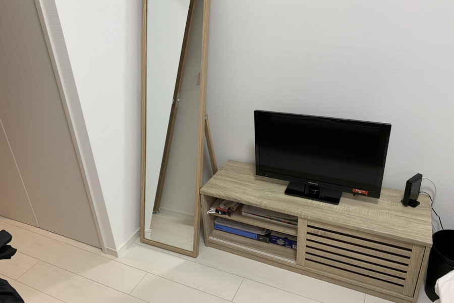 テレビボードもウッド調のものを採用。シンプルながらもぬくもりを感じさせます