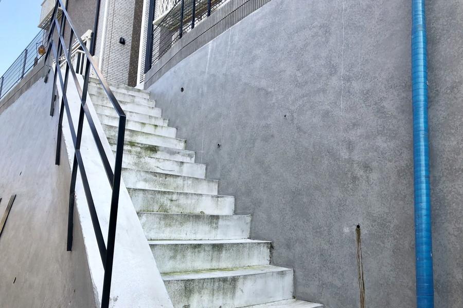 建物は台地の上、お部屋へは階段をご利用ください☆