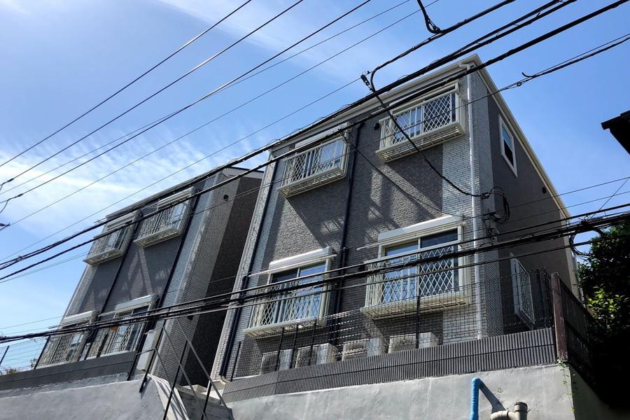 住宅街の中に建つスクエアな外観が特徴。菊名駅から徒歩7分の所にあります!