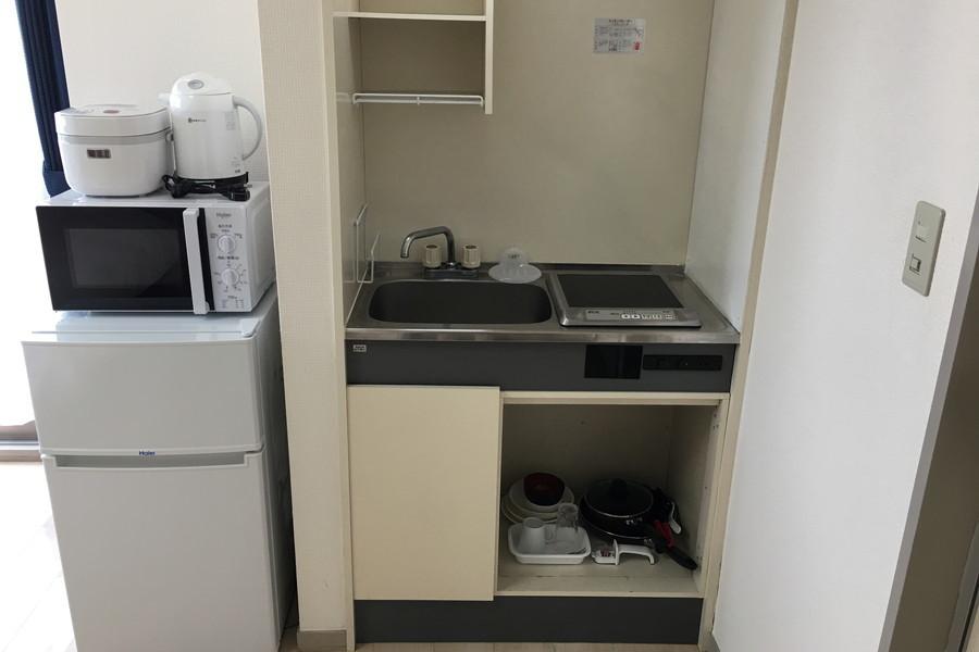 キッチンはコンパクトサイズ。食器類もご用意しております