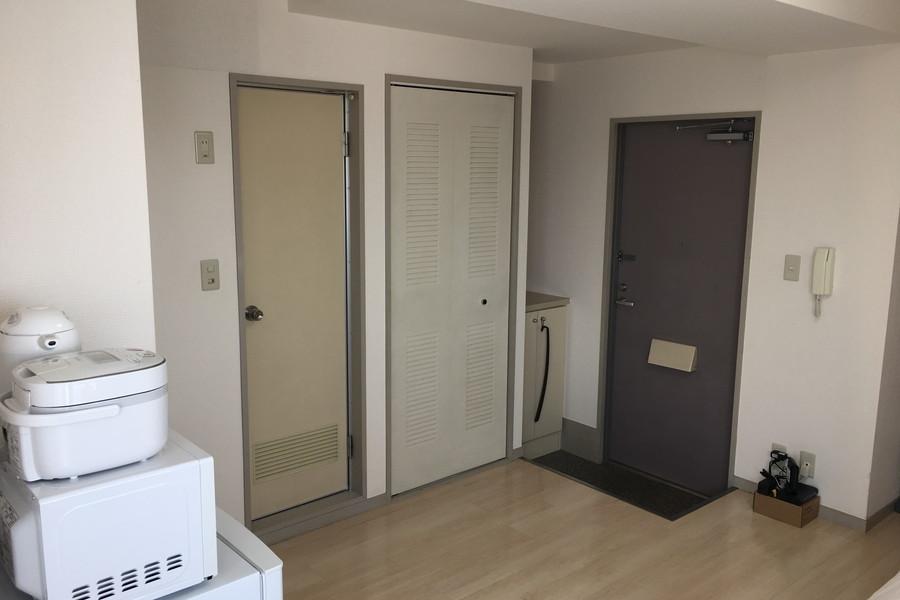 玄関との間に仕切りがなく広々と使えるのがワンルームの魅力です