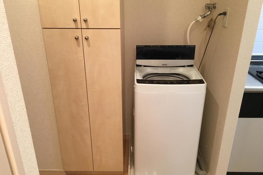 天井まであるシューズボックスの横には洗濯機を配置