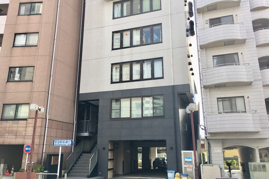 ツートンカラーのスタイリッシュな外観。町田駅前通りに面しています
