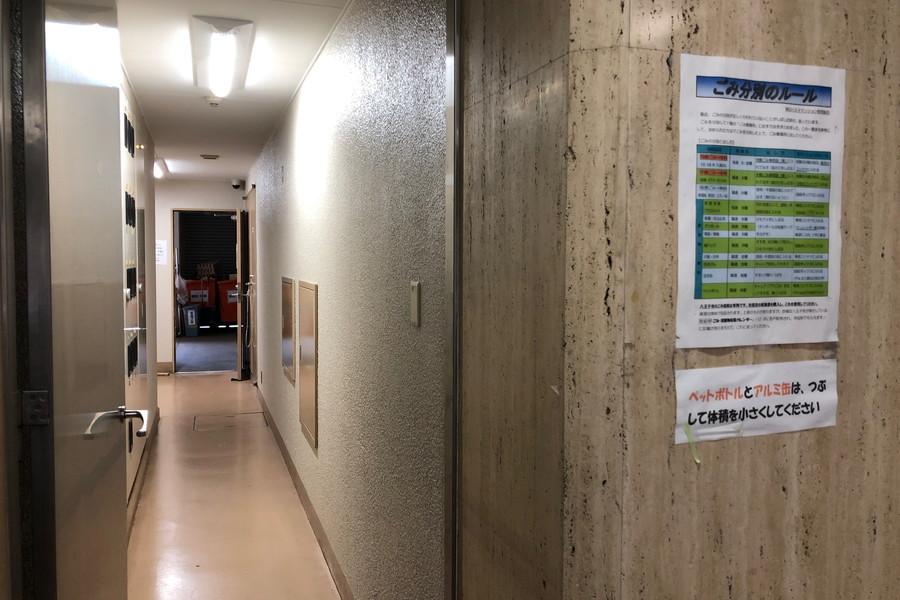 ゴミ捨て場に続く廊下