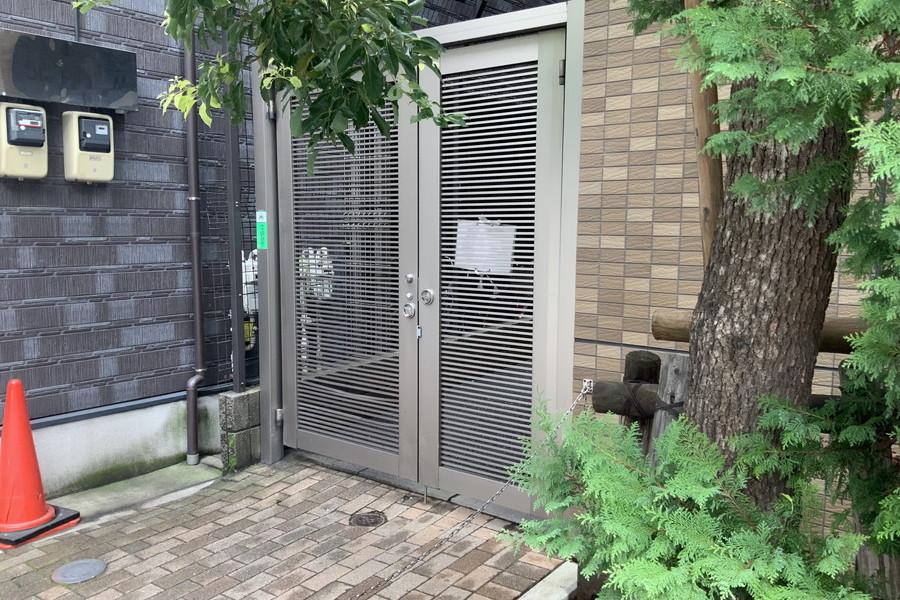 1階共用部廊下勝手口(大久保通り側)