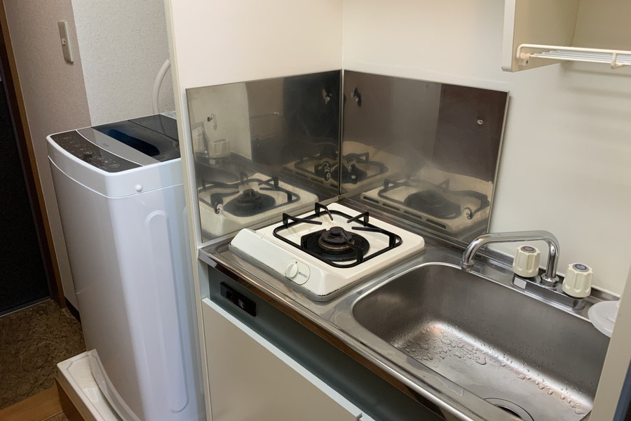 コンパクトなキッチン横には洗濯機を配置してます