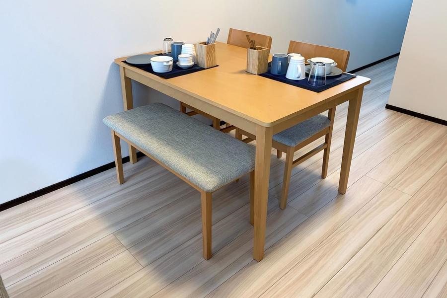 お食事や作業スペースに使えるこだわりのテーブルセットをご用意