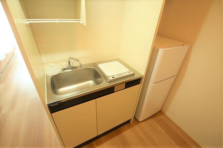 冷蔵庫を横に配置した使い勝手の良いコンパクトなキッチン