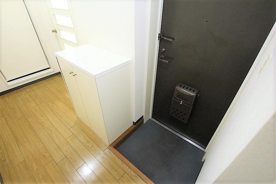 シューズボックスで玄関はすっきり。天板は小物置きに利用いただけます