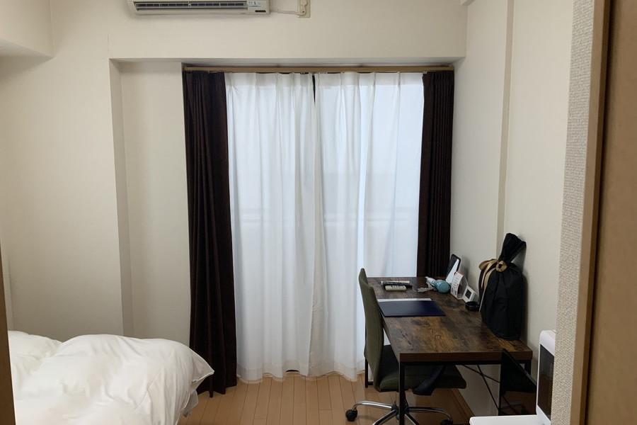白い壁にフローリングのシンプルなお部屋です