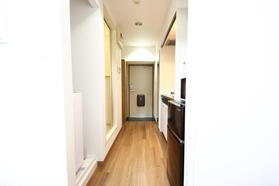 廊下は部屋と同色のフローリングで統一感があります