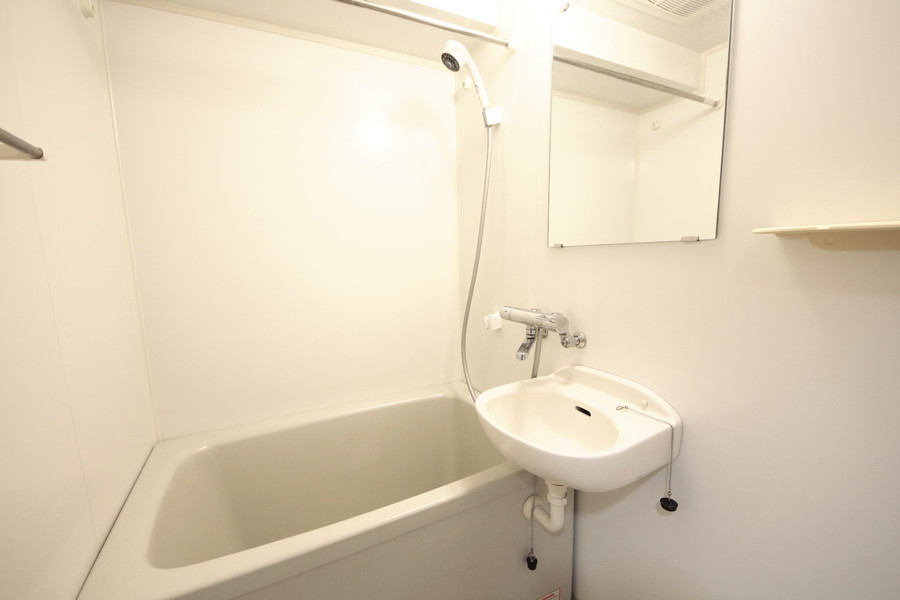 白を基調とした清潔感あるバスルーム