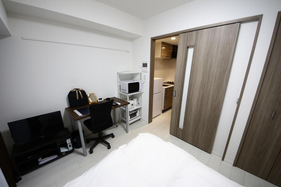 仕切り扉はスライド式。開閉の際に物がぶつかる事も少なく便利です