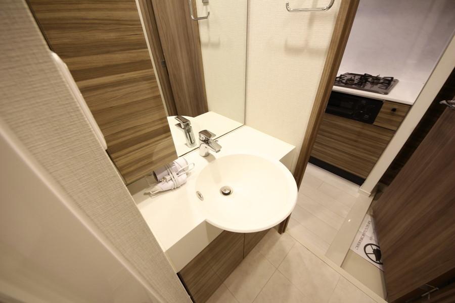 洗面台は独立タイプ。丸く張り出したボウルと大きな鏡が特徴です