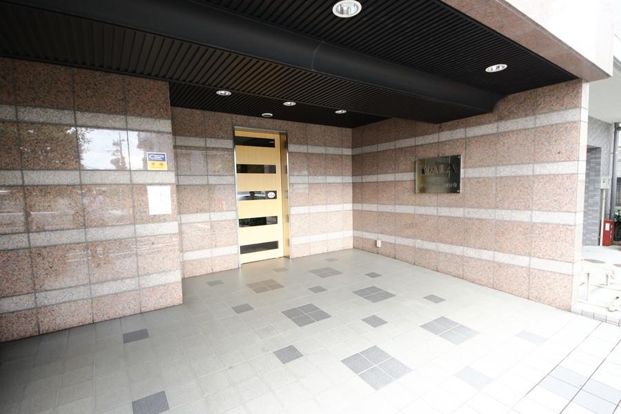 ベージュ系のシックな色合いの外壁。オートロックなど各種設備も充実しています