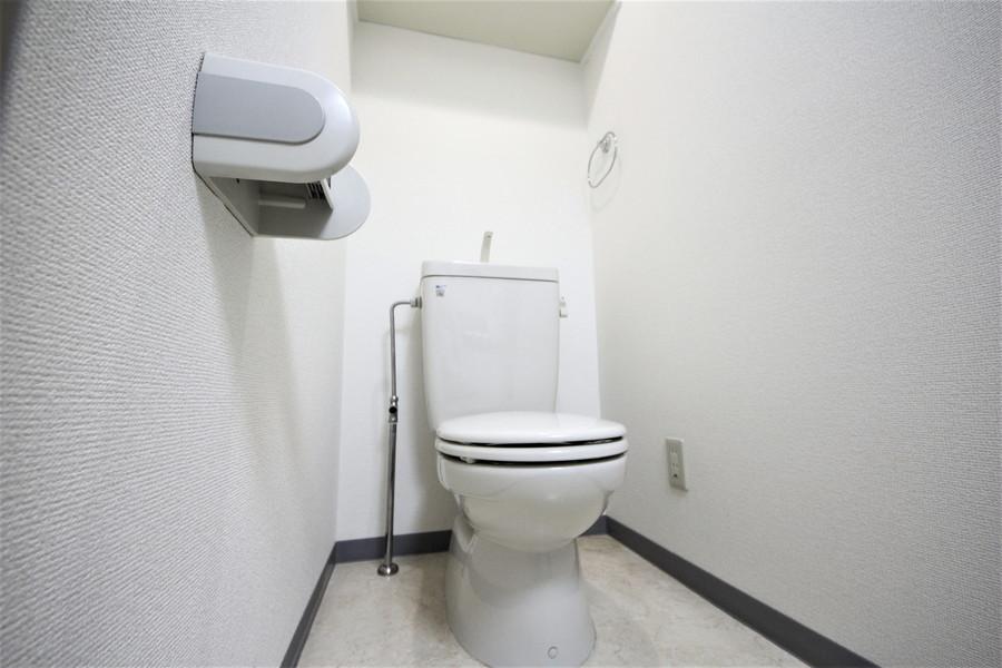 トイレは白を基調とした清潔感ある空間