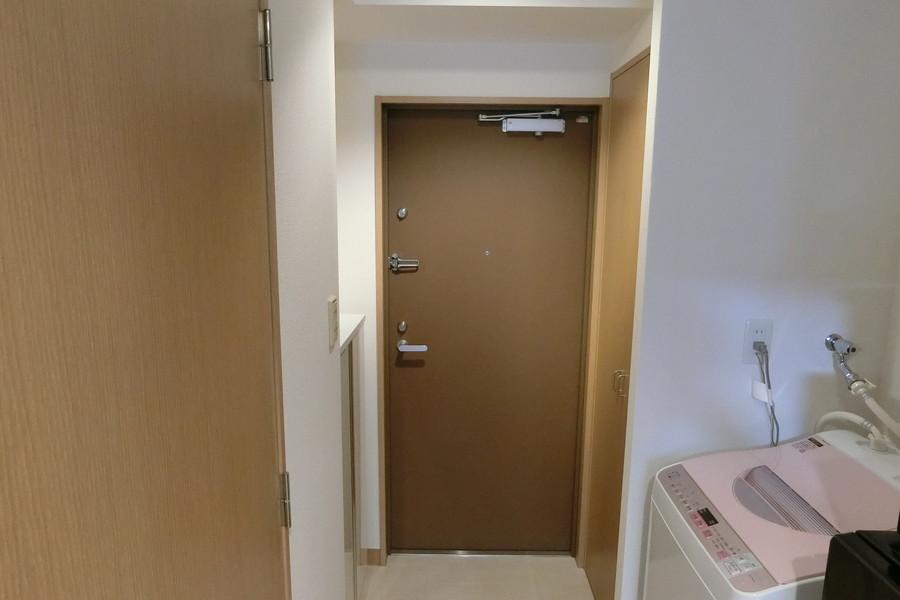 玄関のカギは安心のダブルロック。シューズボックスとは別に収納もあり便利です