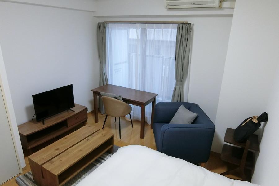 7帖のシンプルなお部屋。家具にウッド調のものをセレクトすることであたたかみをプラス